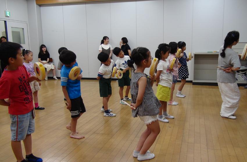 전통 소고춤을 열심히 따라추고 있는 아이들