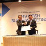 월드옥타와 한국수산회가 2019년 4월 25일 제22차 세계대표자대회 및 수출상담회에서 국내 수산물 수출 활성화를 위한 업무협약(MOU)을 체결했다. (좌)김영규 한국수산회 회장, (우)하용화 월드옥타 회장