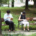 코로나19 확산세가 계속되면서 포장,배달로 식사를 해결하는 직장인들이 늘어나고 있다. 1일 서울 여의도공원에서 직장인들이 도시락으로 점심을 먹고 있다.   사진=김범석 기자
