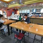 사회적 거리두기 조치가 '2단계'로 하향 조정된 14일 오후 서울 중구의 한 프랜차이즈 카페에서 시민들이 커피를 마시고 있다. 사진=서동일 기자