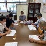 동경한국학교 관계자와 문예제 심사 기준에 대해 논의하고 있는 이옥순 회장